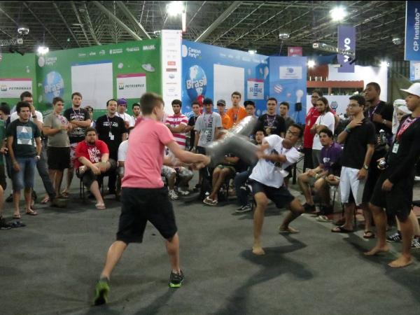 Luta de espadas entre homens - Campus Party 2013